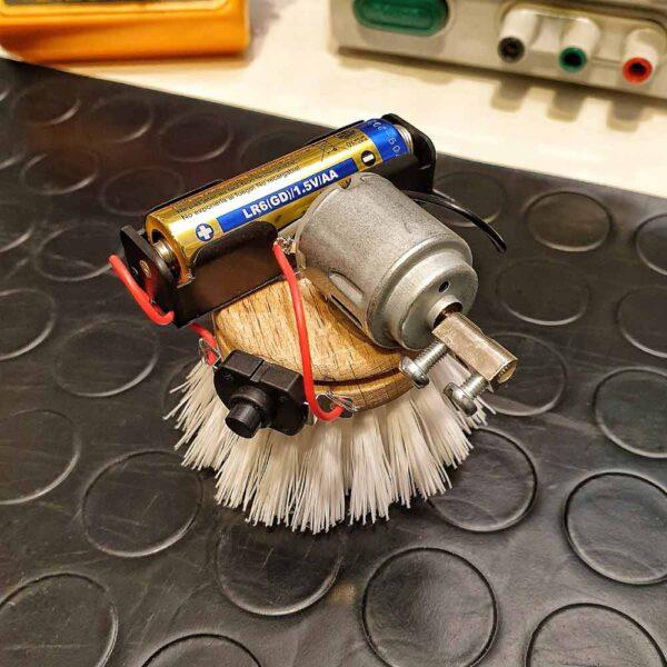 robot con spazzola